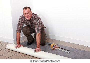 człowiek kładący, dywan