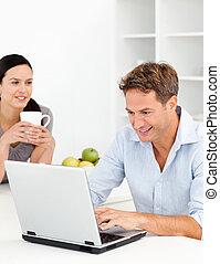 człowiek, kuchnia, laptop