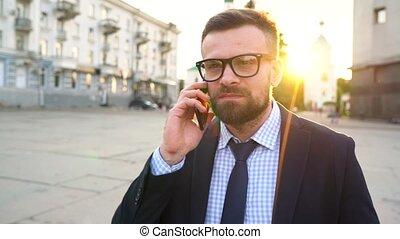 człowiek mówiący, na, smartphone, i, pijąca kawa, pieszy, na dół, przedimek określony przed rzeczownikami, ulica., powolny ruch