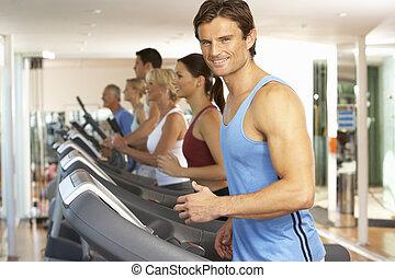 człowiek, na, bieg maszyna, w, sala gimnastyczna