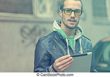 człowiek, na, ulica, korzystać, ipad, tabliczka, komputer