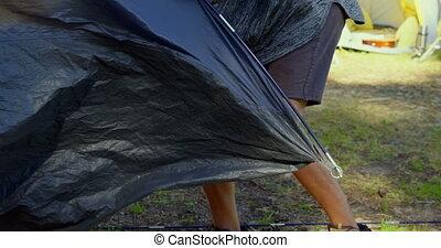 człowiek, namiot, las, zmontowanie, słoneczny dzień, do góry, 4k