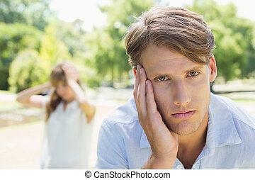 człowiek, park, jego, patrząc, aparat fotograficzny, sympatia, przewrócić, słoneczny dzień, po, walka