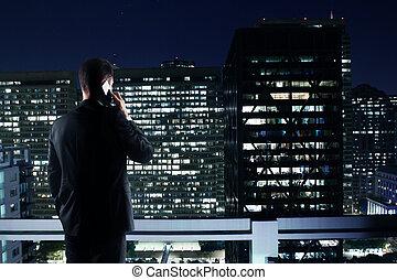 człowiek, patrząc, do, noc, miasto