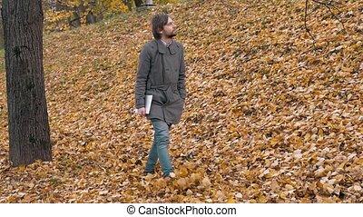 człowiek pieszy, romantyk, tablet., autumm, park., las, student, portret, broda, przystojny