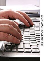 człowiek, pisząc na maszynie, na, przedimek określony przed rzeczownikami, komputerowa klawiatura