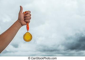 człowiek, podnoszenie, niejaki, złoty medal, z, przedimek określony przed rzeczownikami, kciuk do góry