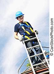 człowiek, pracujący dalejże, dach
