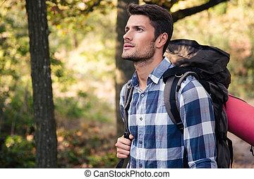 człowiek, przystojny, las, podróżowanie