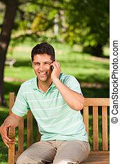 człowiek, przystojny, młody, telefonowanie