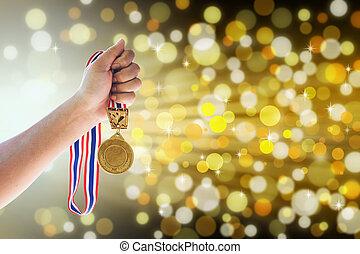 człowiek, przytrzymując, niejaki, złoty medal, przeciw,...