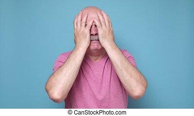 człowiek, senior, twarzowy, hispanic, patrząc, rozpaczliwy, emotion., szok, aparat fotograficzny