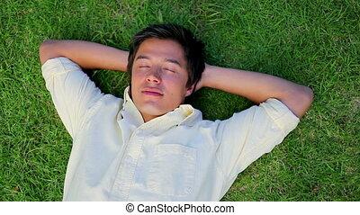 człowiek, uśmiechanie się, trawa, leżący