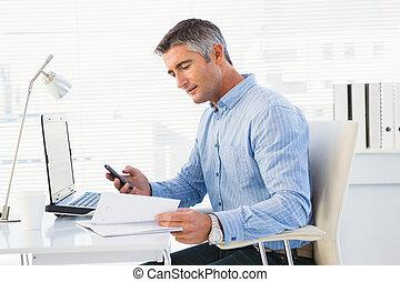 człowiek używająca ruchoma głoska, i, przeglądnięcie, notatnik