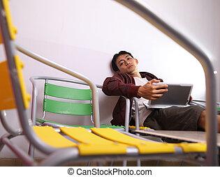 człowiek, używający laptop, na, krzesło