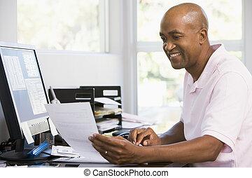 człowiek, w, dom biuro, używając komputer, i, uśmiechanie się