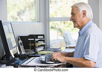 człowiek, w, dom biuro, używając komputer, uśmiechanie się