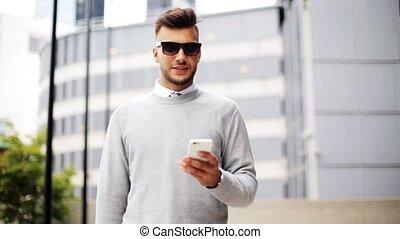 człowiek, w, sunglasses, z, smartphone, na, miasto ulica