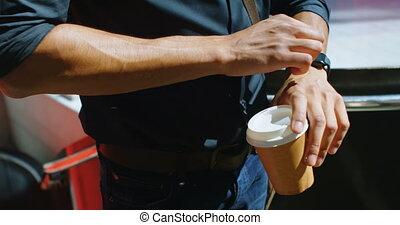człowiek, z, filiżanka do kawy, kontrola, smartwatch, na, ulica, 4k