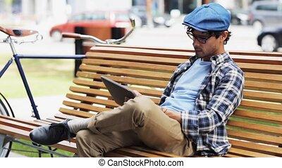 człowiek, z, pastylka pc, posiedzenie, na, miasto ulica, ława