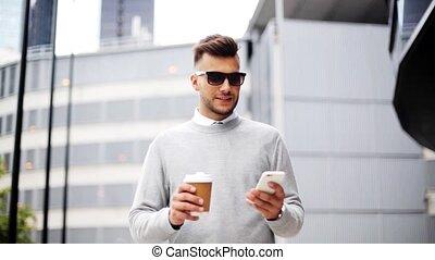 człowiek, z, smartphone, i, filiżanka do kawy, na, miasto ulica