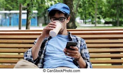 człowiek, z, smartphone, pijąca kawa, na, miasto ulica, 16