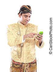 człowiek, z, tradycyjny, jawa, garnitur, używając, ruchoma głoska