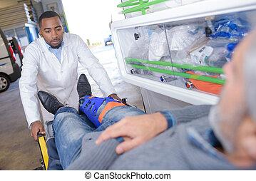 człowiek, z, złamana noga