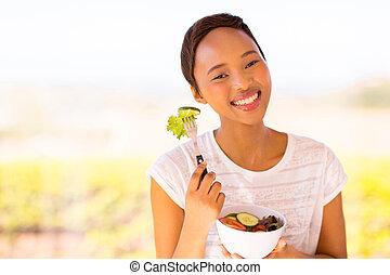czarna kobieta, jedzenie, młody, sałata