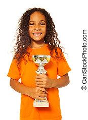 czarnoskóry, afrykanin, dziewczyna, z, filiżanka zwycięzców, nagroda