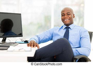 czarnoskóry, biznesmen, posiedzenie, w, nowoczesny, biuro