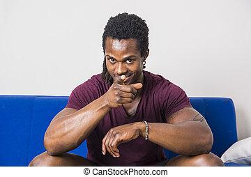 czarny człowiek, spoinowanie palec, do aparatu fotograficzny, z, uśmiech
