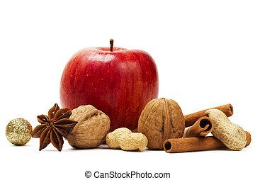 czerwone jabłko, gwiazda anyż, cynamonowe pałki, i, jakiś, orzechy laskowe, na białym, tło
