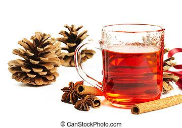 czerwony, herbata, w, niejaki, szkło, cynamonowe pałki, gwiazda anyż, i, jakiś, drzewo iglaste, stożki, na białym, tło
