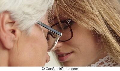 czoła, młody, ekstremum, do góry, dotykanie, zamknięcie, strzał, starsza kobieta