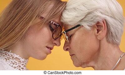 czoła, młody, odizolowany, do góry, dotykanie, zamknięcie, strzał, starsza kobieta