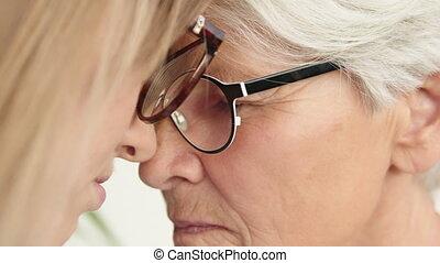 czoło, emocjonalny, młody, macierz, dotknijcie do góry, zamknięcie, daughter., woman., senior