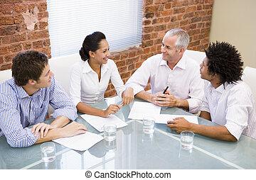 cztery, sala konferencyjna, uśmiechanie się, businesspeople