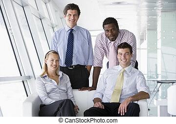 cztery, uśmiechanie się, businesspeople, biurowy westybul
