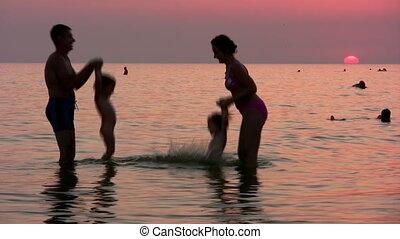cztery, zachód słońca, sylwetka, morze, rodzina