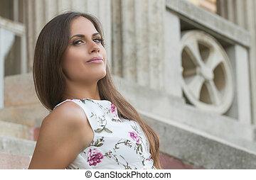 czuciowy, młody, brunetka, portret kobiety, outdoors, posiedzenie na schodkach