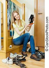 czyszcząca kobieta, długo-haired, obuwie