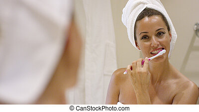 czyszcząca kobieta, młody, jej, zęby