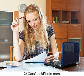 czytanie, kobieta, długo-haired, dokument