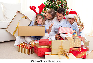 déballage, portrait, présents noël, famille, heureux