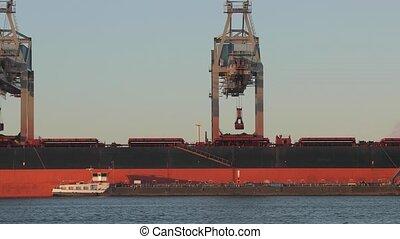 déchargement, charbon, énorme, bateau