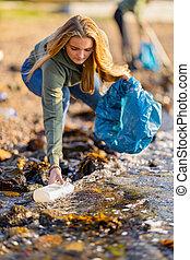 déchets, rocheux, haut, cueillette, femme, rivage, jeune