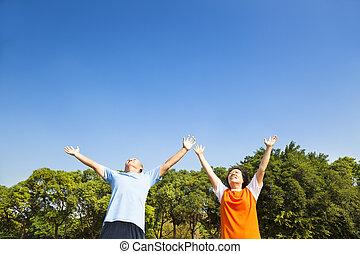 décontracté, ciel, regarder, asiatique, couples mûrs
