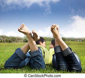 décontracté, couple, coucher herbe