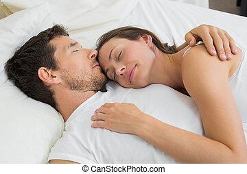 décontracté, couple, ensemble, lit, dormir